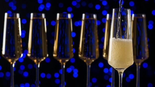Ein füllendes glas sekt. ein beliebtes alkoholisches getränk.