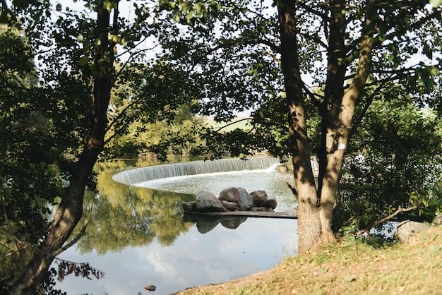 Ein fußgängerweg durch den fluss, sommerfluß, park drozdy minsk, weißrussland
