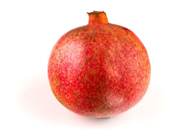 Ein ganzer granatapfel auf weißem hintergrund