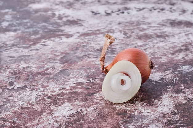 Ein ganzes stück weiße zwiebel