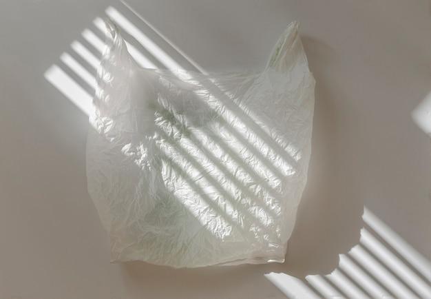 Ein gebrauchtes plastiktütenpaket isolierte flaches design, umweltabfälle. ökologische katastrophe