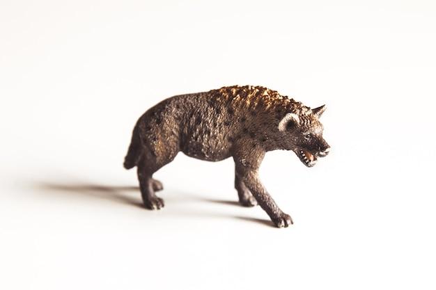 Ein geflecktes hyänenspielzeug steht hinter dem wort