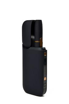 Ein gerät zum erhitzen von tabak. e-zigarette auf weißem hintergrund