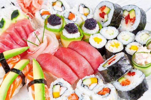 Ein gericht mit meeresfrüchten sushi restaurant. nahansicht.