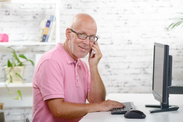 Ein geschäftsmann am telefon in seinem büro