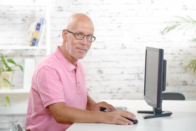 Ein geschäftsmann arbeitet in seinem büro