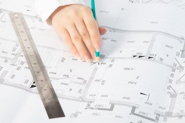 Ein geschäftsmann auf einer baustelle betrachtet ein architekturprojekt