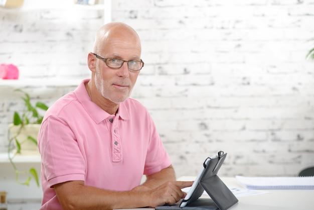 Ein geschäftsmann beobachtet ein digitales tablet