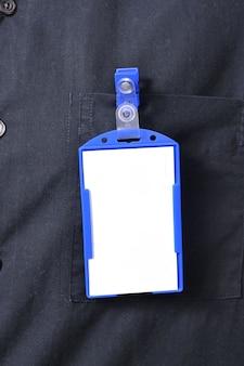 Ein geschäftsmann, der ein leeres namensschild trägt. sie können ihr design auf das tag setzen