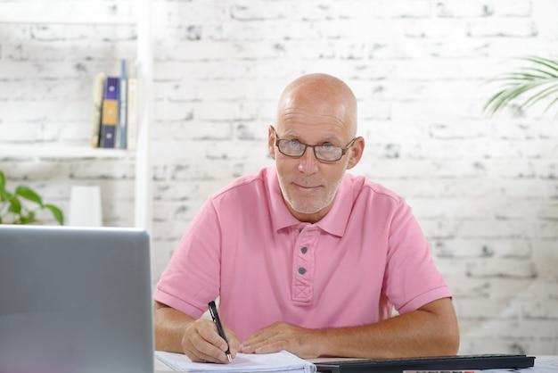 Ein geschäftsmann, der in seinem büro arbeitet