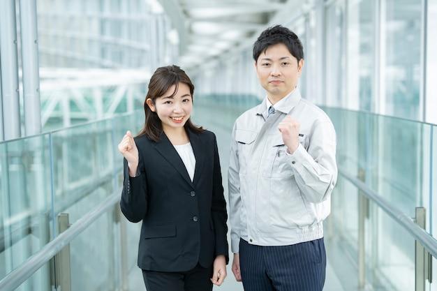 Ein geschäftsmann in arbeitskleidung und eine geschäftsfrau in einem anzug