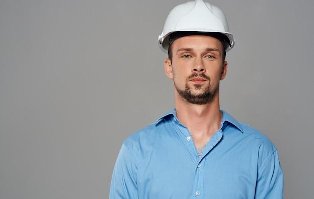 Ein geschäftsmann mit einem helm auf dem kopf baumeister architekt.