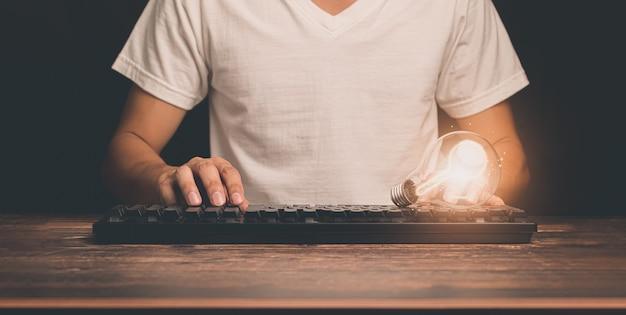 Ein geschäftsmann mit einer glühbirne weist auf neue ideen hin