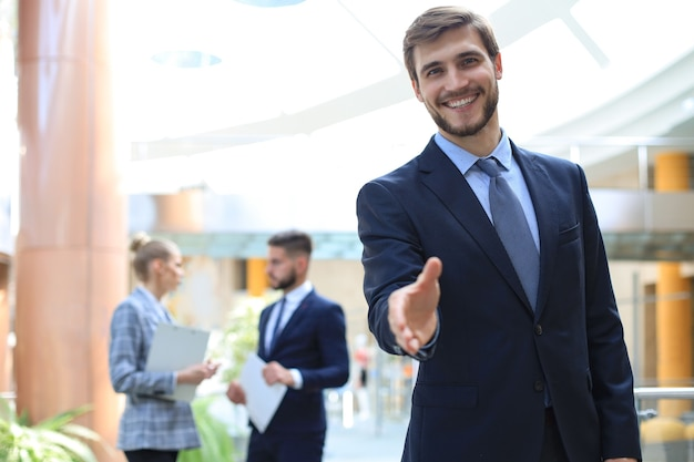 Ein geschäftsmann mit offener hand, der bereit ist, einen deal zu besiegeln.