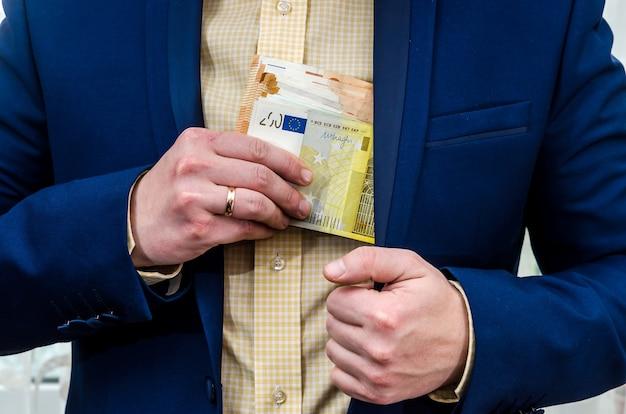 Ein geschäftsmann nimmt ein bestechungsgeld in euro an.
