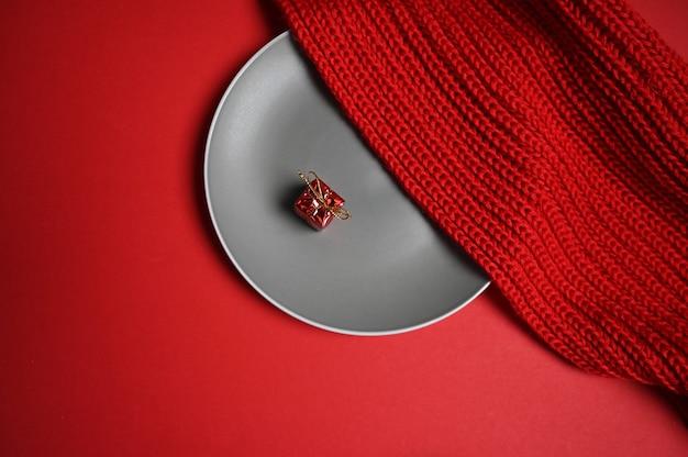Ein geschenk auf einem teller mit einem pullover. foto in hoher qualität