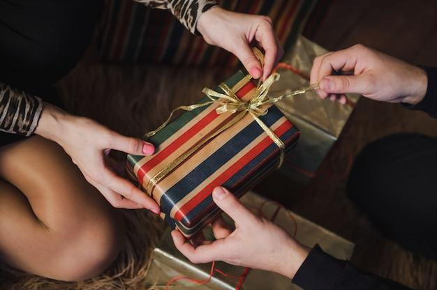 Ein geschenk für ihn. ein geschenk für sie.