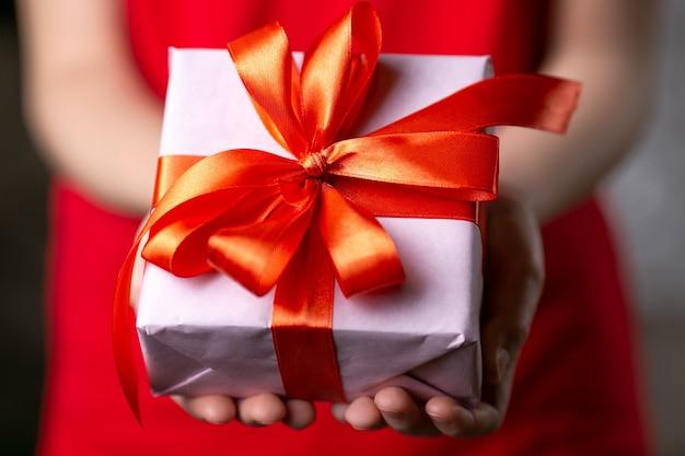 Ein geschenk in der hand