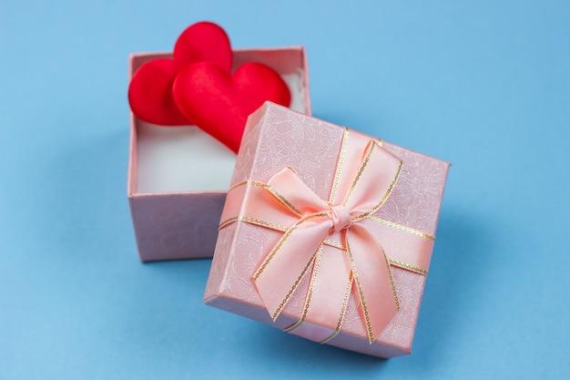 Ein geschenk in einer schönen box und herzen