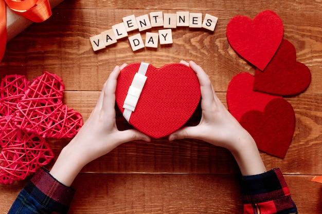 Ein geschenk mit einem roten band zum valentinstag
