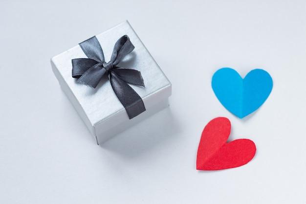 Ein geschenk zum valentinstag und zum achten märz.hintergrund, draufsicht