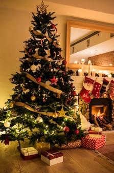Ein geschmückter weihnachtsbaum im haus