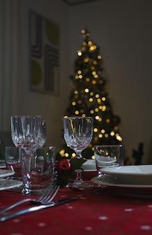 Ein geschmückter weihnachtsesstisch und ein weihnachtsbaum im hintergrund