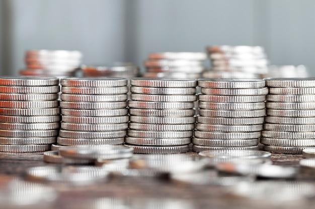 Ein gestapelter stapel schöner silbermünzen mit einer gerippten unebenen oberfläche, nahaufnahme