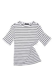 Ein gestreiftes hemd liegt auf einem weißen hintergrund, isoliert. layout, modell, platz für das etikett.