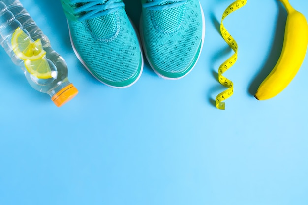 Ein gesunder lebensstil. fitness, schlanker körper. gesundes essen, sport. kopieren sie platz. ansicht von oben