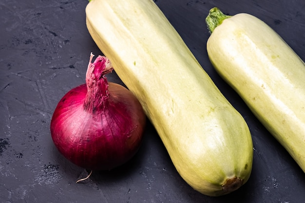 Ein gesunder lebensstil von gemüse, auberginen, paprika, zwiebeln und karotten