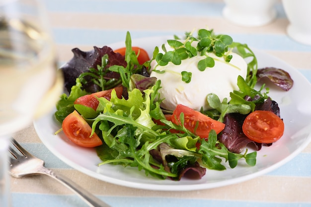 Ein gesunder salat aus salat blättern gemüse grüne sprossen