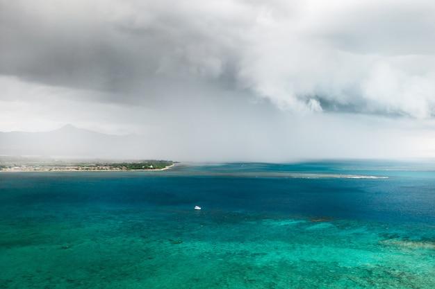 Ein gewitter nähert sich der küste der insel mauritius im indischen ozean.