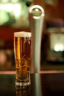 Ein glas bierflasche in der nacht