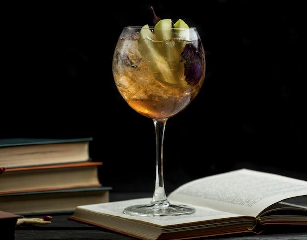 Ein glas birnenschalen, getränk