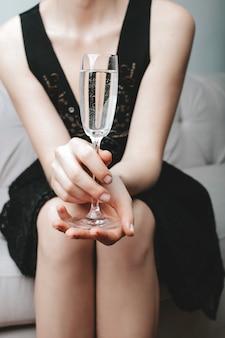 Ein glas champagner trinken