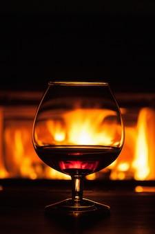 Ein glas cognac vor dem kamin