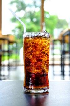 Ein glas cola erfrischungsgetränke mit in glas bereit, sie zu erfrischen