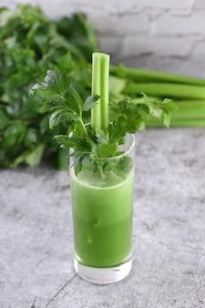 Ein glas frisch zubereiteter sellerie-smoothie. ein detox-getränk für alle, denen die gesundheit am herzen liegt.