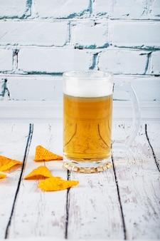 Ein glas getränk mit snacks