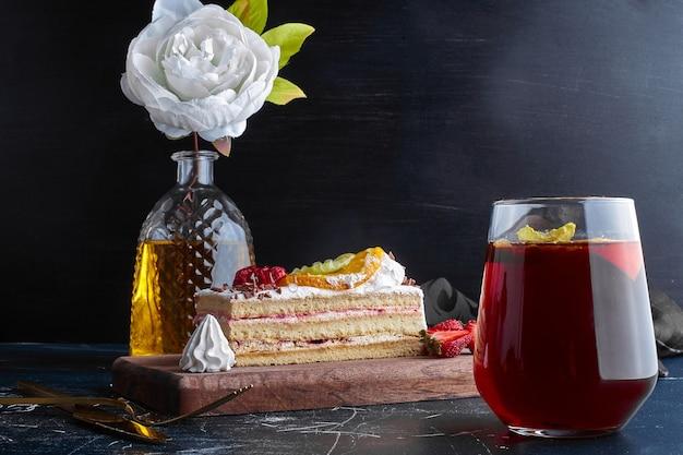 Ein glas glitzern mit einem stück kuchen.