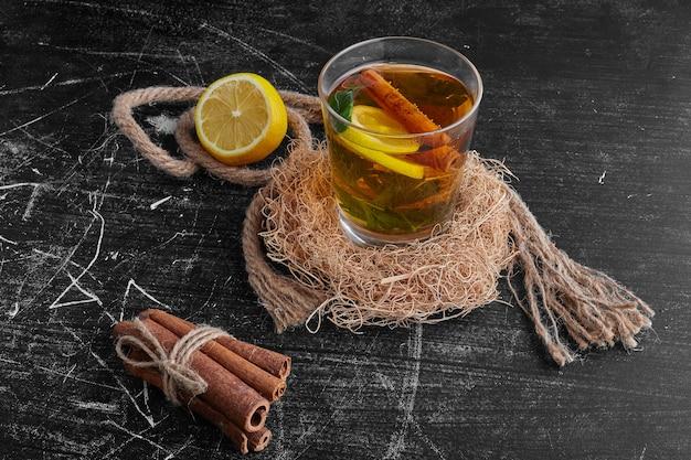 Ein glas glitzern mit früchten und gewürzen.