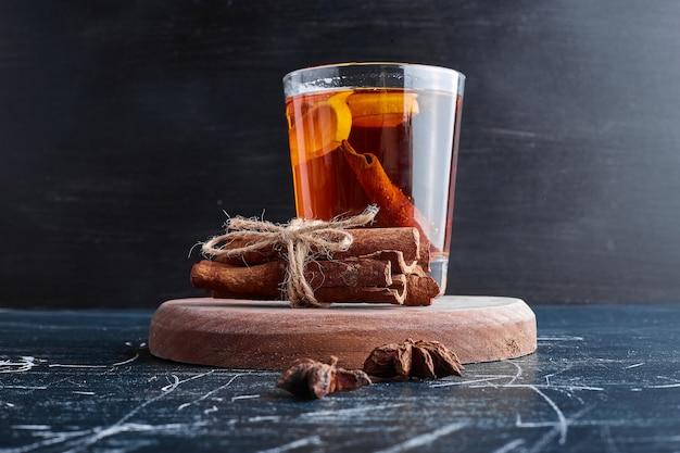 Ein glas glitzern mit zitrone und zimt.