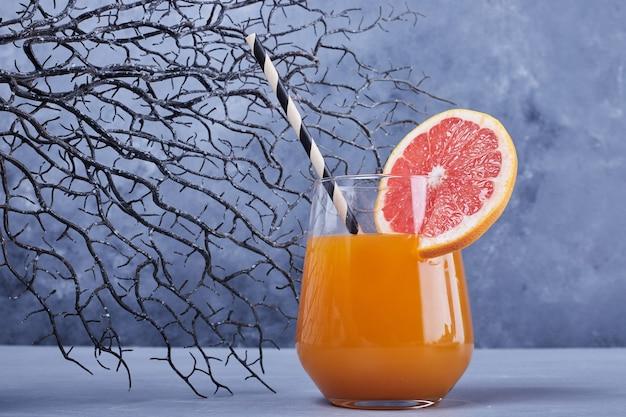 Ein glas grapefruitcocktail.