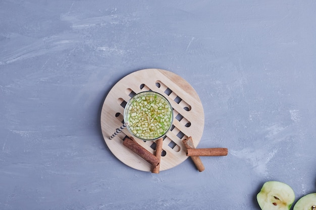 Ein glas grüner apfelsaft.