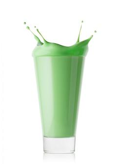 Ein glas grüner smoothie oder joghurt mit spritzer