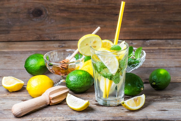 Ein glas hausgemachte limonade minze