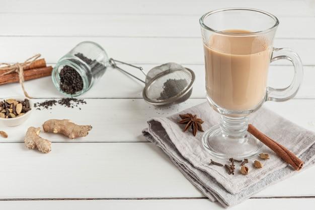 Ein glas heißer indischer masala-tee mit aromatischen gewürzen und milch