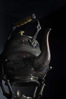 Ein glas honig und zimtstangen auf schwarzer oberfläche
