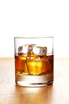Ein glas kalter whisky